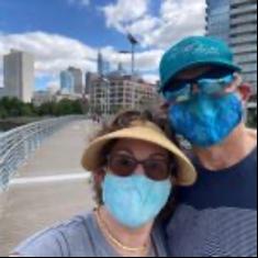 Andy und Lori mit Maske